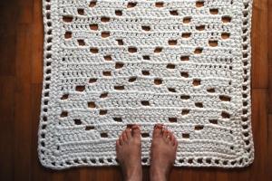 bathroom rug with feet
